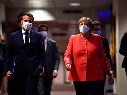 El presidente francés, Emmanuel Macron, y la canciller alemana, Angela Merkel, en Bruselas el 21 de julio de 2020, tras finalizar la cumbre del Consejo Europeo que aprobó el fondo de recuperación de la pandemia.