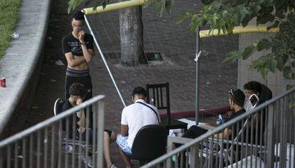 Jóvenes migrantes en el Raval de Barcelona, el pasado verano.