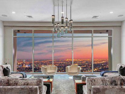 El salón principal y sus espectaculares vistas, en una imagen publicada en la agencia inmobiliaria que vende el apartamento más caro de Los Ángeles.