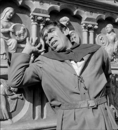 Anthony Quinn, en el papel de Quasimodo, en una de las adaptaciones de 'Nuestra señora de París' al cine.