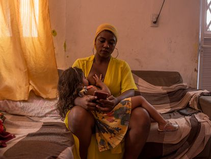 Carlla Bianca Souza, de 21 años, amamanta a su hija Ísis, de tres, en su casa, en São Luis, Maranhão, Brasil.
