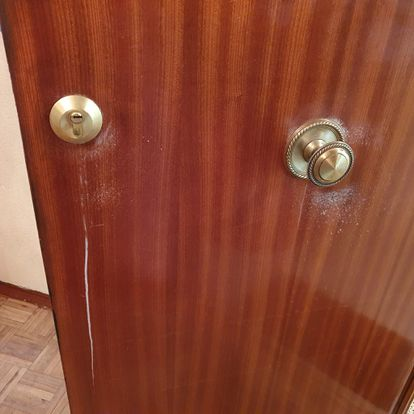 La puerta de Elena rociada con lejía.