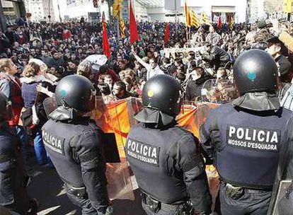 Miles de estudiantes se han manifestado por el centro de Barcelona en contra de la reforma de Bolonia, al considerar que abre la puerta a la privatización de las universidades.