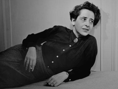 La filósofa Hannah Arendt en un retrato tomado en 1949.