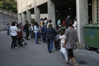 Alumnos en las instalaciones de un centro escolar de Santiago.
