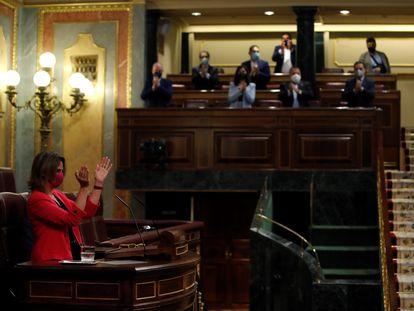 La ministra de Transición Ecológica, Teresa Ribera es aplaudida tras su intervención en el debate de la ley de Cambio Climático y Transición Energética.