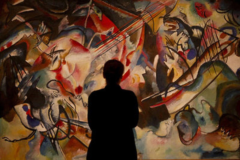 Un visitante observa la obra 'Compoistion VI' de Wassily Kandinsky en el Museo del Prado (Madrid) en enero del 2020.
