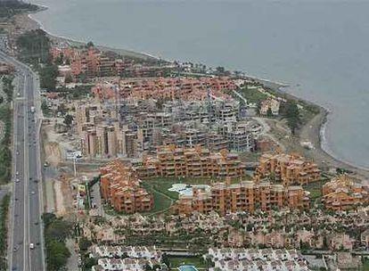 Edificios de nueva construcción en la costa de Estepona.