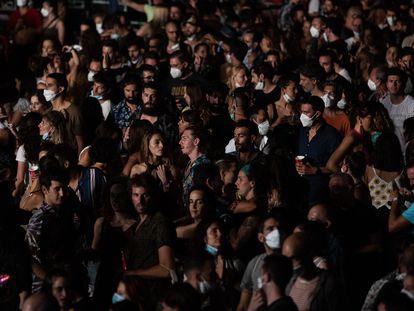 Centenares de perosnas bailan y cantan durante el concierto de Fuel Fandango, en el Cruïlla, el 10 de julio.