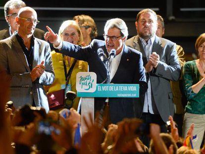 Artur Mas y otros miembros de Junts Pel Sí celebran los resultados en las elecciones del 27 de septiembre de 2015.