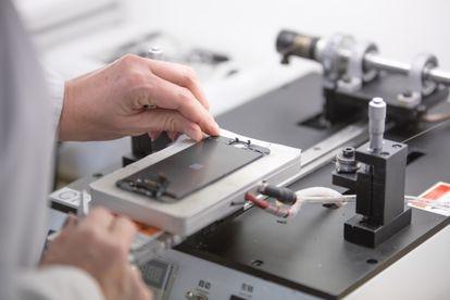 El reacondicionado se realiza en talleres, de manos de técnicos especializados, siguiendo unos estándares de calidad garantizados. Si es preciso, se utilizan piezas de sustitución autorizadas por el fabricante original.