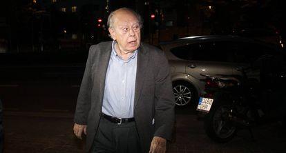 El expresidente catalan, Jordi Pujol, llega a su casa.