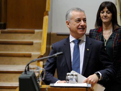 La vicelehendakari, Idoia Mendia entra al hemiciclo tras el lehendakari, Íñigo Urkullu, en uno de los últimos plenos parlamentarios.