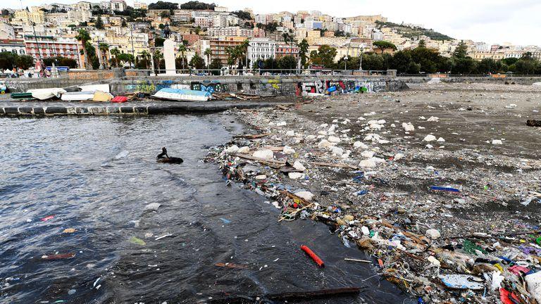 Residuos plásticos en la bahía de Nápoles, Italia, tras una tormenta noviembre en 2019.