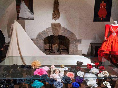 El vestido de novia y otros modelos de Carmen Mateu forman parte de la exposición en el Castell de Peralada.