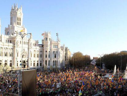 Manifestación independentista frente el Palacio de Cibeles, sede del Ayuntamiento de Madrid, bajo los lemas