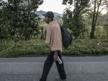 Dos familias hondureñas relatan desde el origen y en la caravana que camina hacia EEUU los motivos de su huida y la crisis migratoria que golpea a Centroamérica y a México