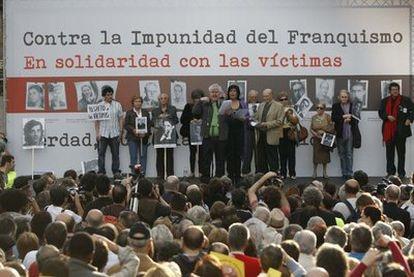 Manifestación de apoyo a Garzón y contra la Impunidad del Franquismo, el pasado 24 de abril. Pedro Almodóvar en el momento de leer el manifiesto tras la manifestación, también intervinieron la escritora Almudena Grandes, Marcos Ana, entre otros.