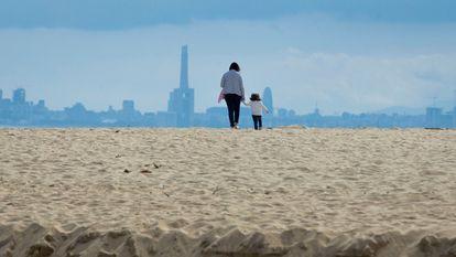 Una madre y su hija en la playa de El Masnou (Barcelona) el 28 de abril.