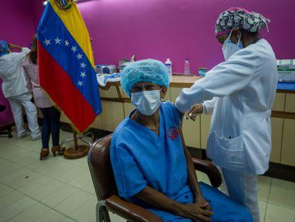 Trabajadores del hospital Domingo Luciani participan en una jornada de vacunación contra la covid-19 con dosis de la rusa Sputnik V, el pasado 4 de marzo, en Caracas.