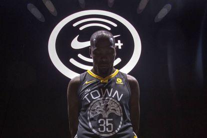Kevin Durant, estrella de los Golden State Warriors, con la nueva camiseta y el logo de Nike Connect, la app para fans, al fondo.