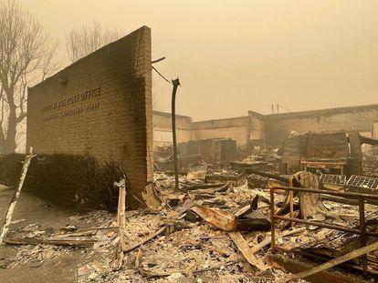 La oficina postal en Greenville, California, arrasada por el fuego.