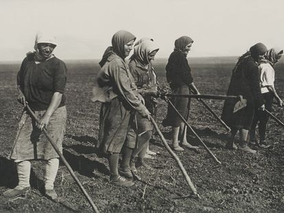 Unas mujeres trabajan la tierra en los años treinta en la Unión Soviética.
