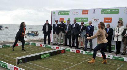 Gala León, a la derecha, juega sobre hierba durante la presentación del Torneo en Cádiz.