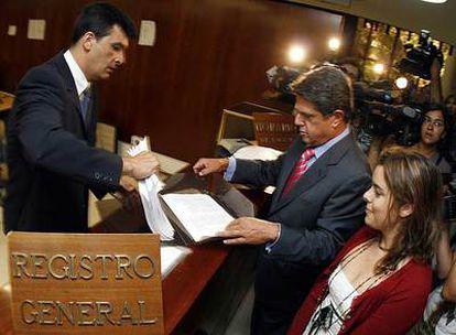 Federico Trillo y Soraya Sáenz de Santamaría presentan en julio de 2006 el recurso del PP contra el Estatuto.