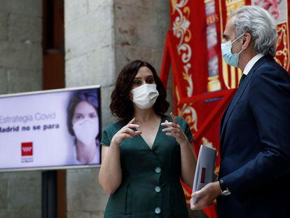 La presidenta de la Comunidad de Madrid, Isabel Díaz Ayuso, y el consejero de Sanidad, Enrique Ruiz Escudero, en un acto a finales de julio.