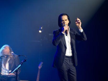 Nick Cave, en primer plano, durante su actuación con Warren Ellis en la Salle Pleyel el pasado 12 de octubre en París.