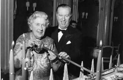 Agatha Christie y Peter Saunders en la celebración del décimo aniversario de la representación de 'La ratonera'