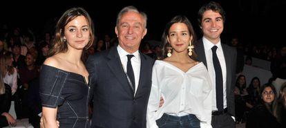 De izquierda a derecha, Gabriela Patatchi, su padre Alberto Patatchi Gallardo (expropietario de Pronovias), y los otros dos hijos, Marta y Alberto.Getty