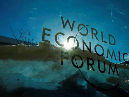 Logo del Foro Económico Mundial, en Davos.