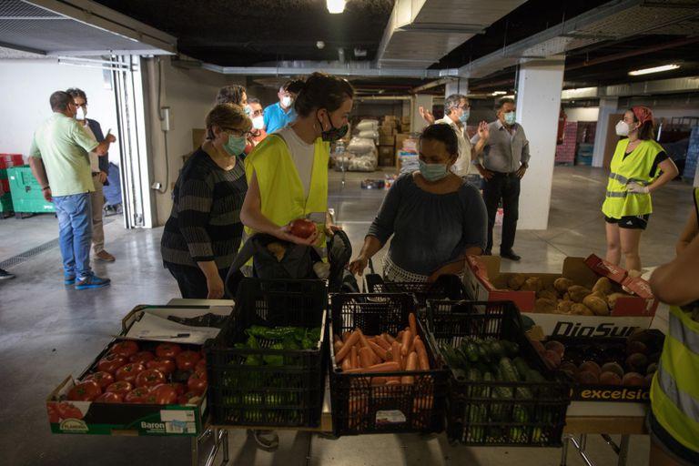 La asociación de vecinos del Pozo del Tío Raimundo atiende en el reparto de comida a 100 familias más desde la crisis sanitaria.