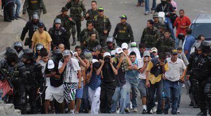 La policía colombiana detiene a miembros de las pandillas juveniles tras un tiroteo en Medellin