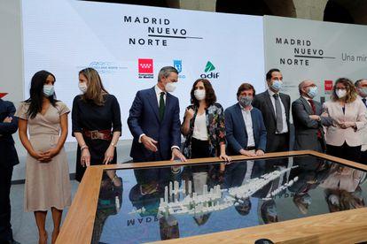 La presidenta de la Comunidad de Madrid, Isabel Díaz Ayuso (en el centro con camisa de flores), y el alcalde de Madrid, José Luis Martínez-Almeida (a la derecha) y otros altos cargos regionales durante la presentación de la maqueta del proyecto Madrid Nuevo Norte.