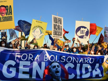 Integrantes de partidos políticos y organizaciones sociales manifiestan frente al Congreso, en Brasilia, en apoyo al pedido de juicio político presentado este miércoles contra el presidente Bolsonaro.
