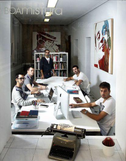Los integrantes de Boa Mistura, en su estudio de Donde Duque.