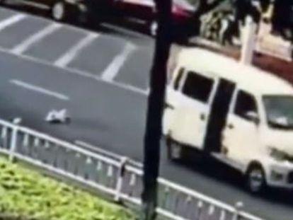 Los hechos sucedieron en la ciudad china de Changzhou y el pequeño, de 10 meses, no sufrió heridas.