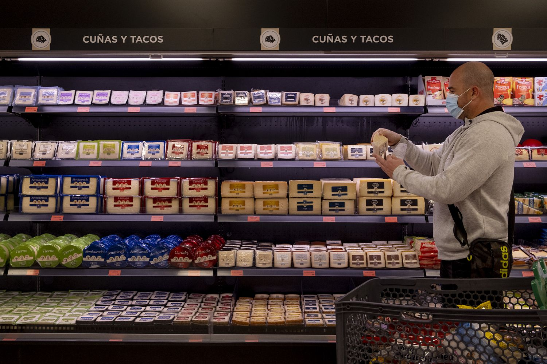 Un vecino de Sevilla hace la compra en un supermercado la pasada semana.