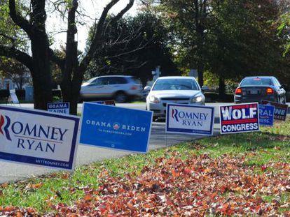 Carteles electorales a la entrada de un colegio electoral en Virginia.