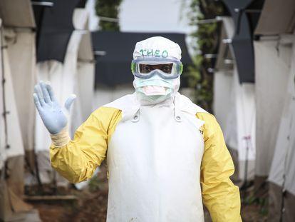 El doctor Théophile, de Médicos sin Fronteras, en el centro de tratamiento de ébola de Mangina, en el noreste del Congo, en septiembre de 2018.
