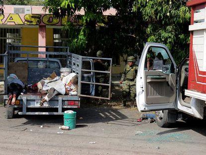 Soldados inspeccionan la escena de un tiroteo en Apatzingán (México).
