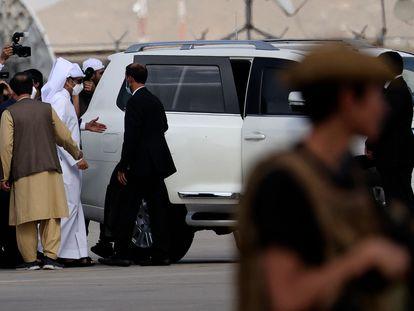 El ministro de Exteriores catarí, Mohammed bin Abdulrahman al Thani, tras su llegada a Kabul, este domingo.