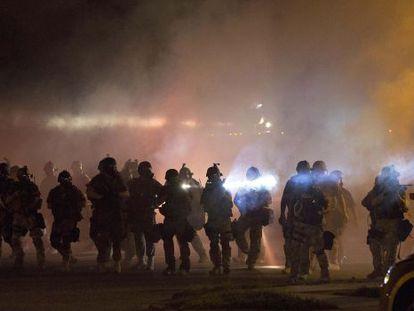 Escena policial durante los disturbios en Ferguson.