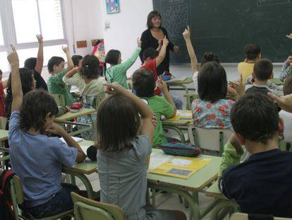 Alumnos y profesora de una clase de 2º primaria en una ikastola de Irún.
