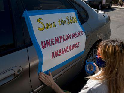 Una mujer pide que se amplíe la ayuda al desempleo, durante una protesta en Las Vegas (EE UU) en agosto de 2020.