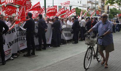 Protesta de trabajadores prejubilados de Mercasevilla ante la Consejería de Empleo por el bloqueo del fondo de los ERE.