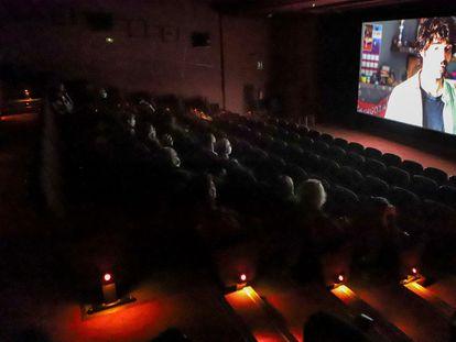 Espectadores viendo la película 'Uno para todos', en el cine Catalunya de Terrassa.